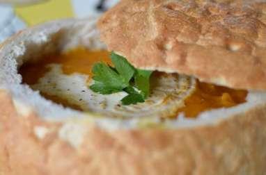 Potage dans sa soupière en pain