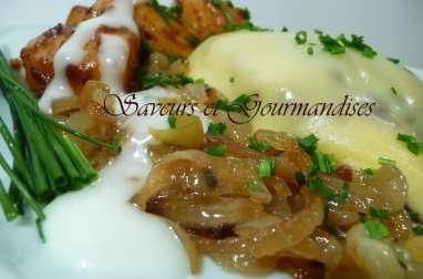 Steaks hachés au fromage sur lit d'oignons et patates épicées