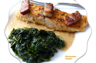 Pavés de saumon poêlés au lard, sauce à l'échalote