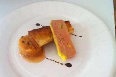 Terrine de foie gras, chutney de fruits exotiques, pain brioché aux épices, réduction de Maury
