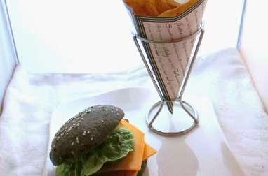 Hamburger maison au poisson pané et buns à l'encre de seiche