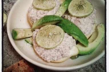 Un zeste d'agrume, mousse de ricotta au thon en coque de citron au citron vert et à l'aneth
