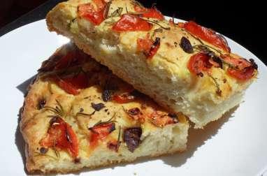Focaccia aux tomates fraîches, aux olives, au romarin et à l'ail