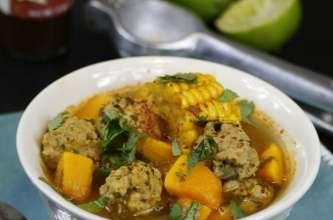 Soupe aux boulettes de viande, coriandre, potimarron, citron et salsa chipotle