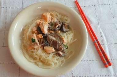 Saumon à la crème de coco, coriandre et vermicelles chinois au wok