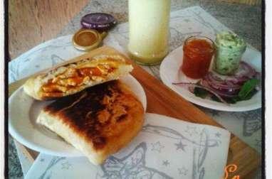 Naans fourrés au poulet korma , creme d'avocat à la coriandre et lassi mangue menthe