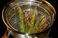 Cuire des asperges à la vapeur et réaliser une crème d'asperge
