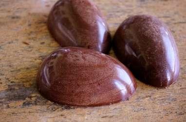 Démoulage des oeufs en chocolat