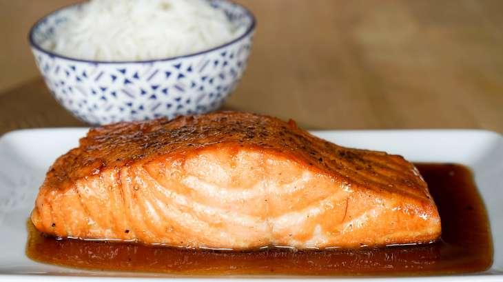 saumon laqu recette de saumon laqu au miel et sauce soja recette par chef simon. Black Bedroom Furniture Sets. Home Design Ideas