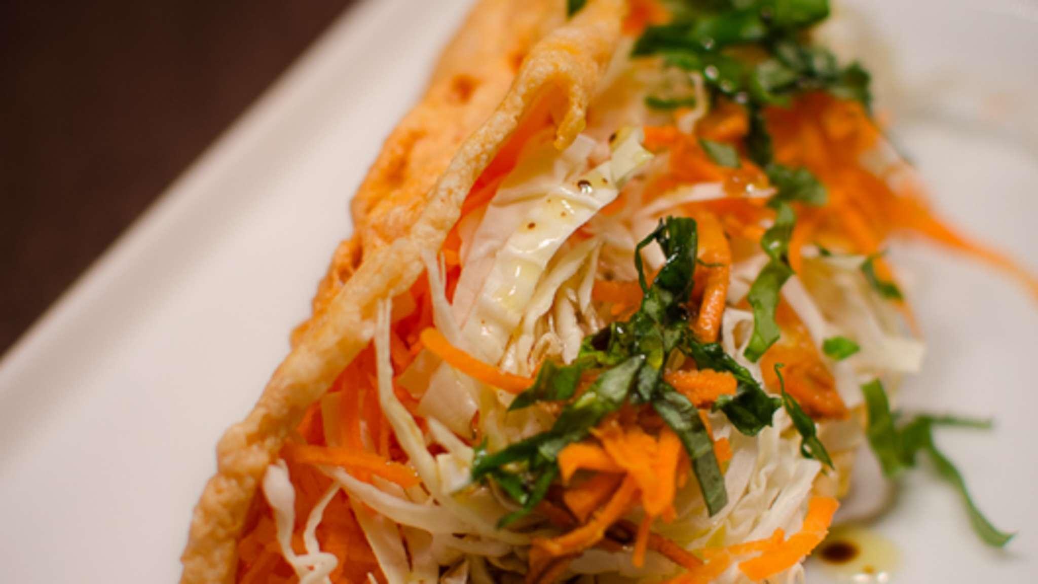 Salade de carotte et de chou dans sa tuile de parmesan