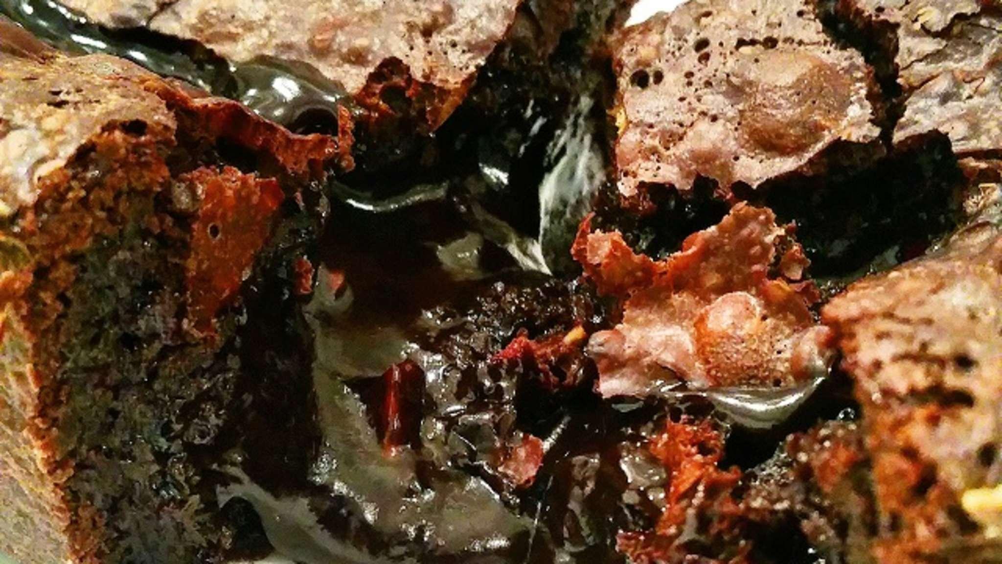 Gâteau fondant au chocolat, noix et noisettes croquantes