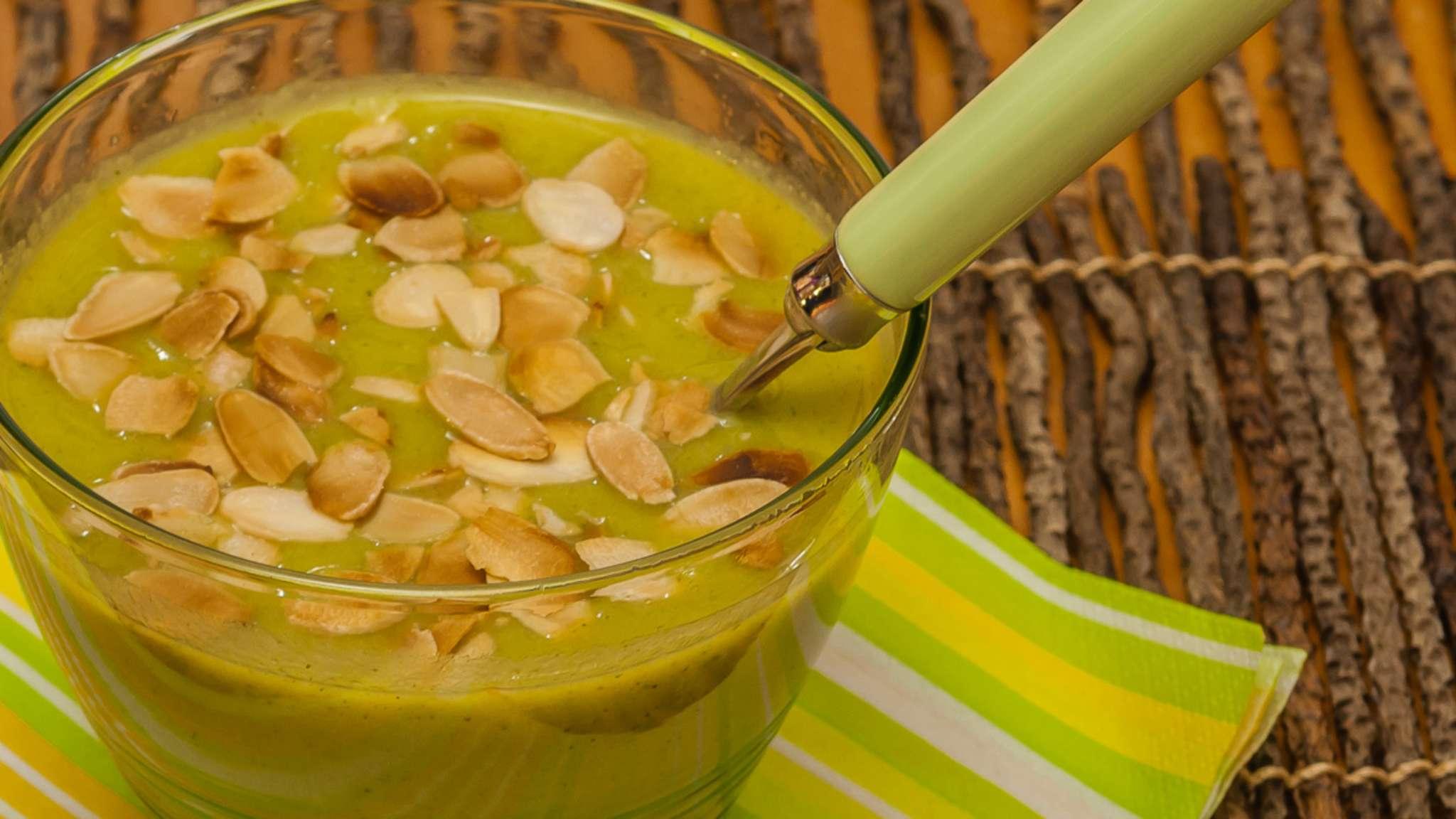 Soupe de brocolis à la ricotta et aux amandes
