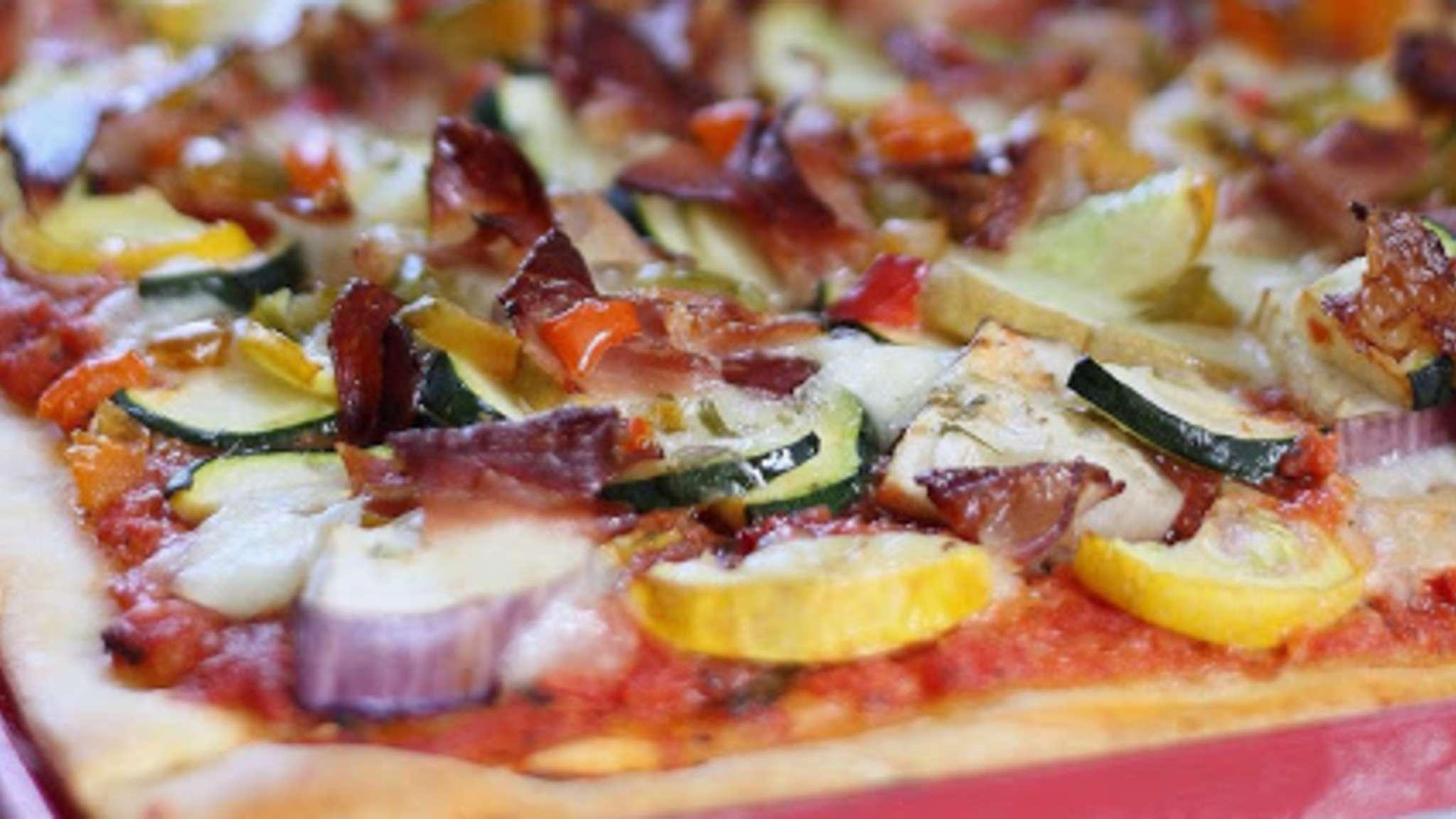 Pizza légumes d'été et speck