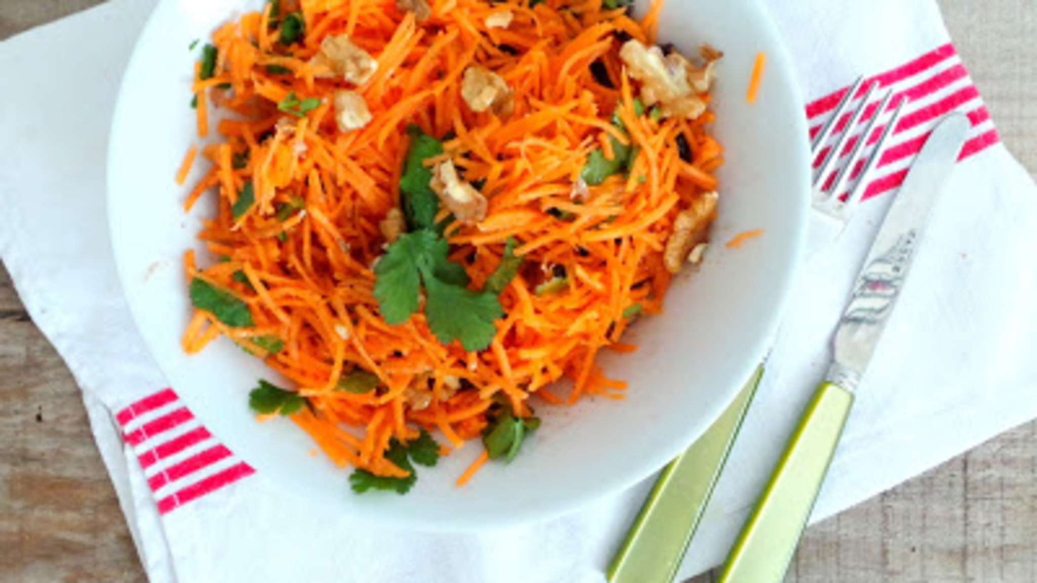 Salade de carottes, noix, raisins secs et cannelle
