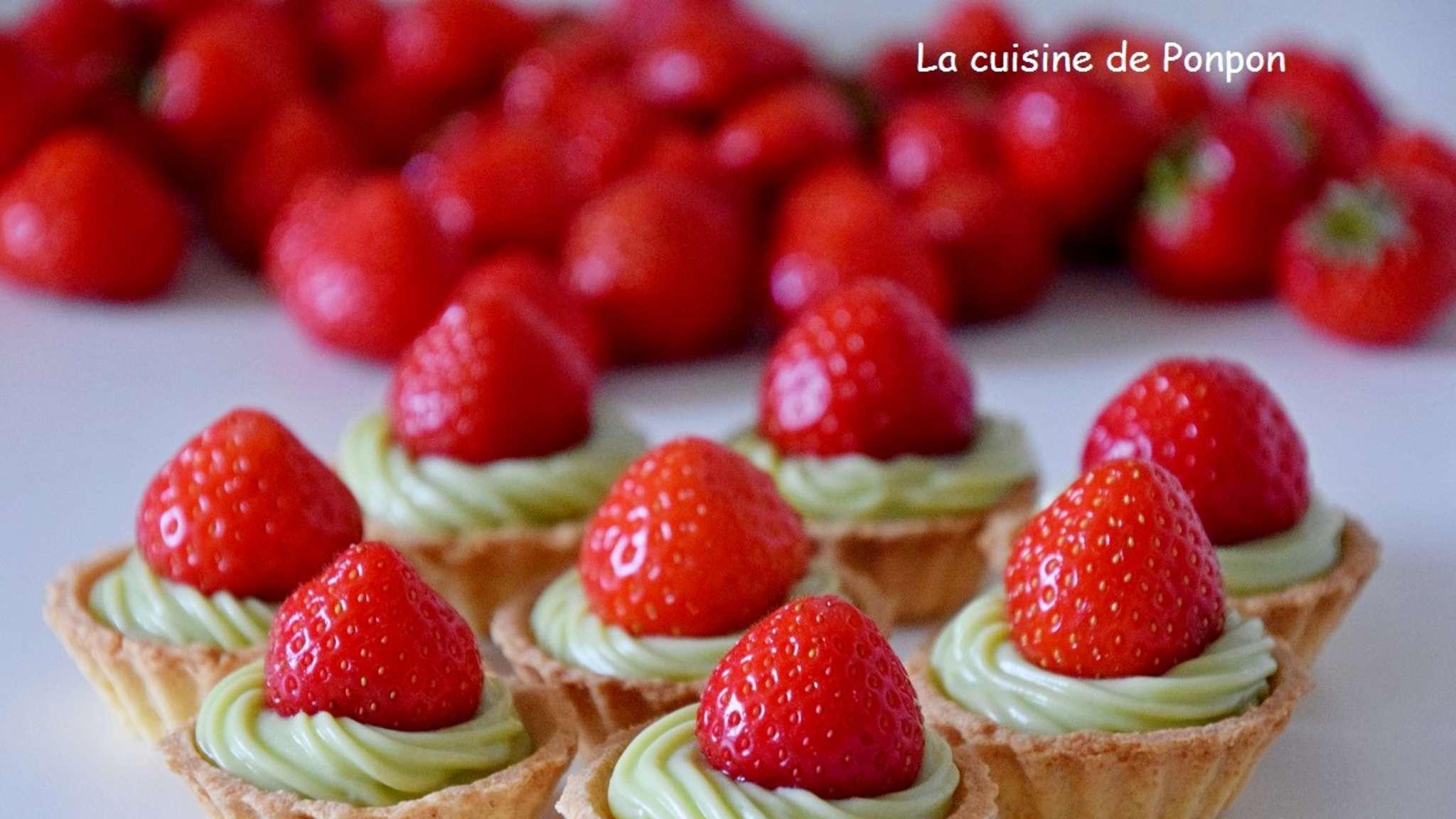 Mini tartelette garnie de crème d'avocat surmonté d'une fraise