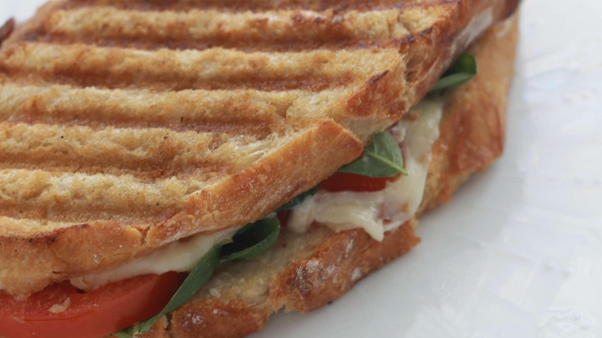 Sandwich caprese grillé