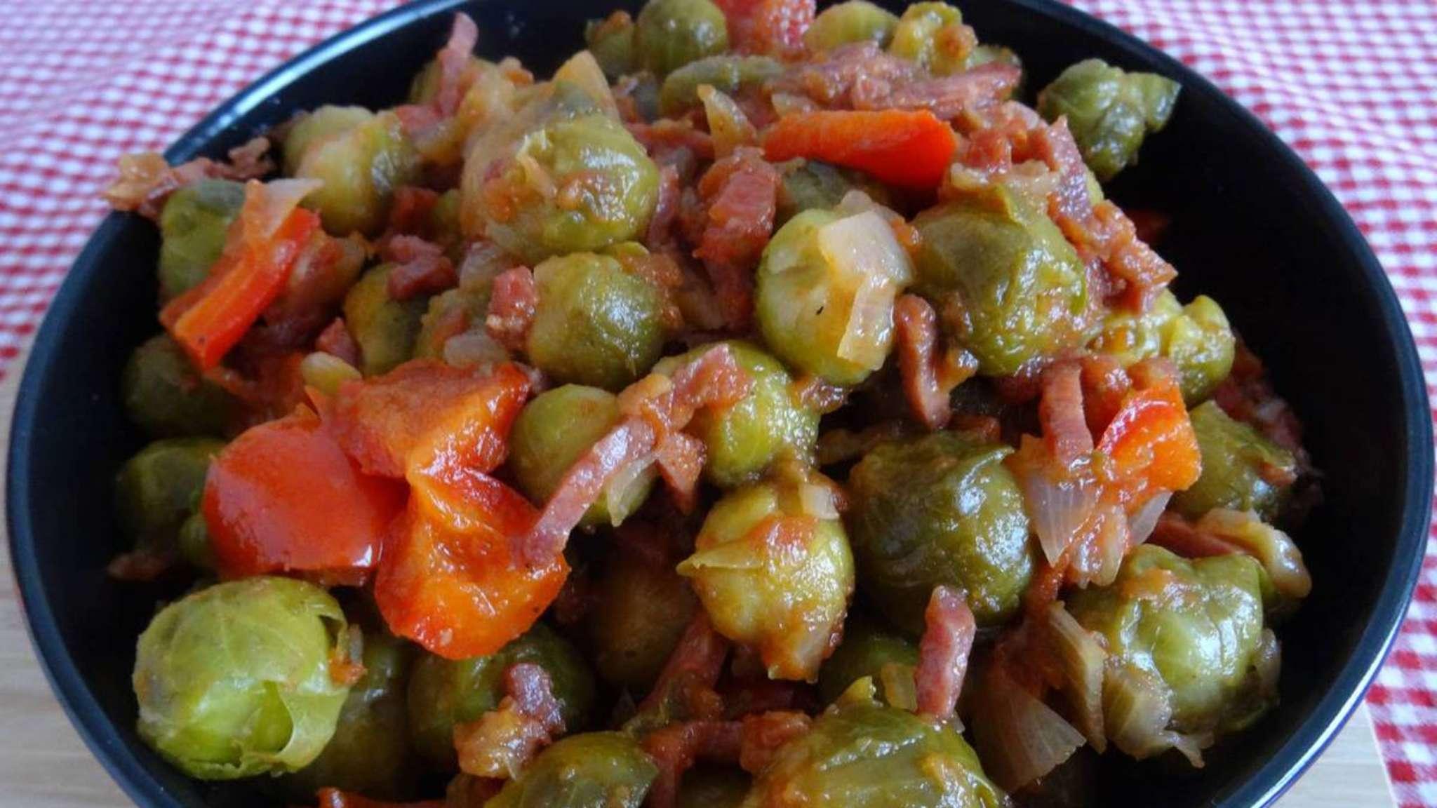 Choux de Bruxelles au poivron, bacon et coulis de tomates