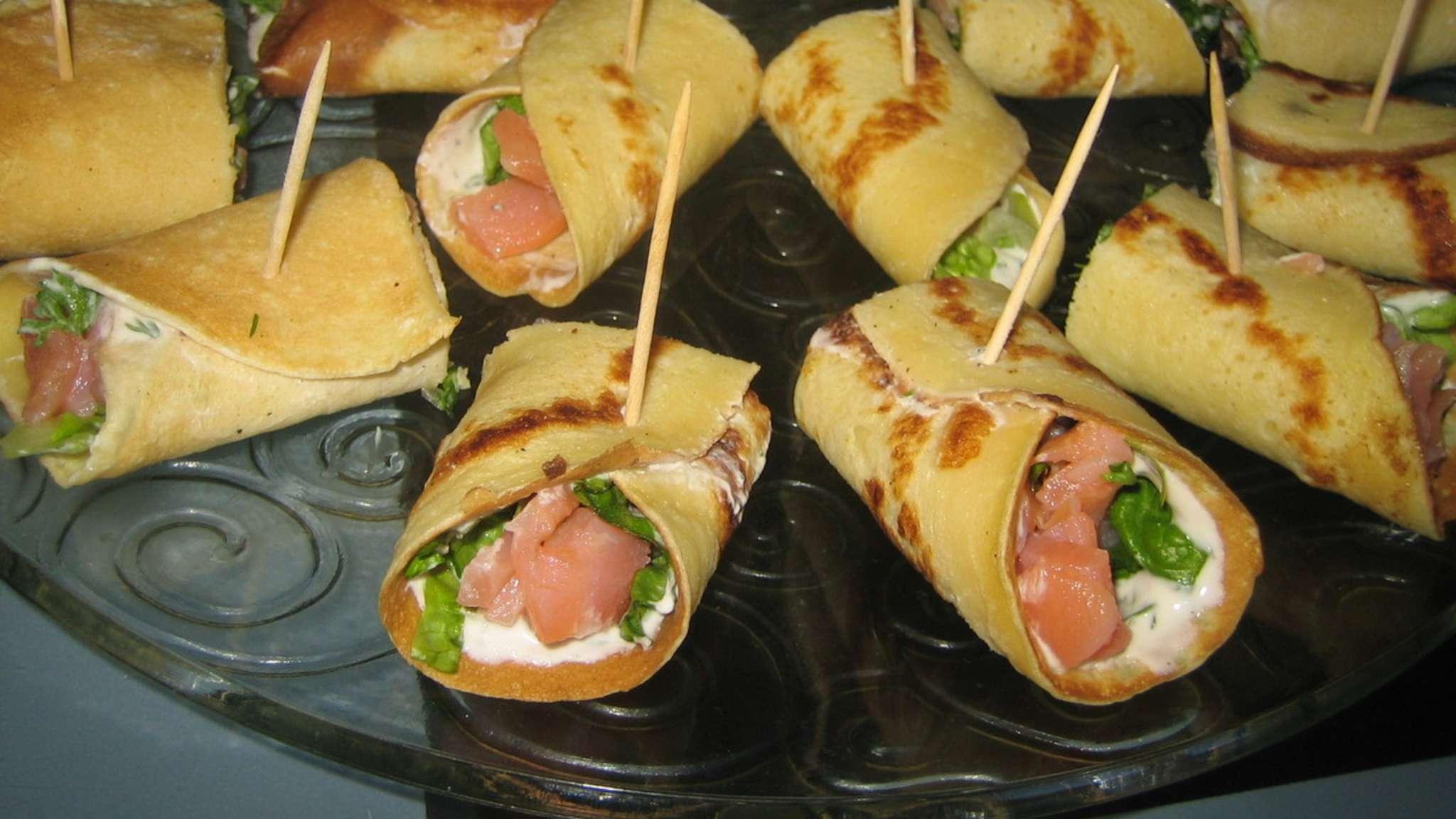 Crêpes farcies au saumon fumé, crudités et fromage blanc