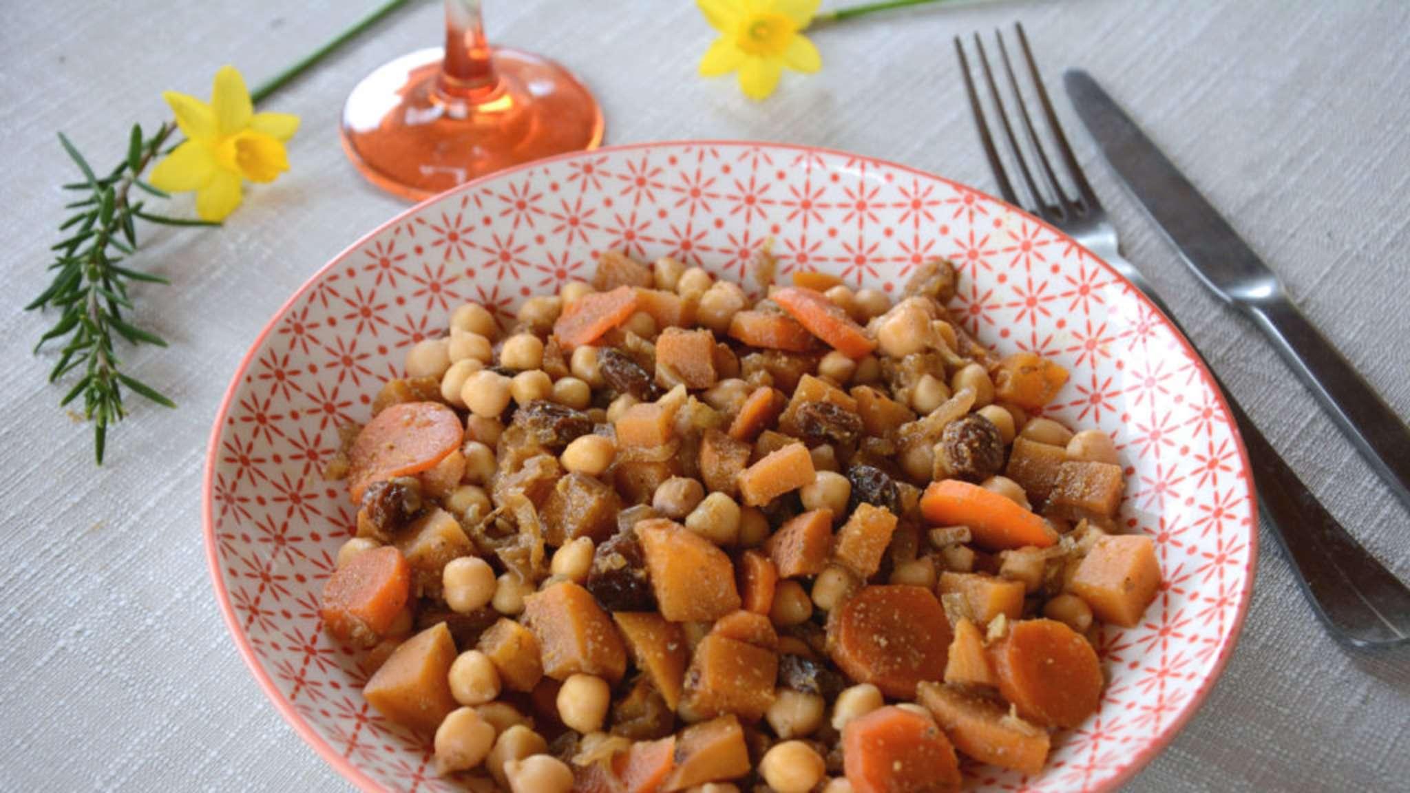 Tajine de pois chiches, navets boule d'or et raisins secs