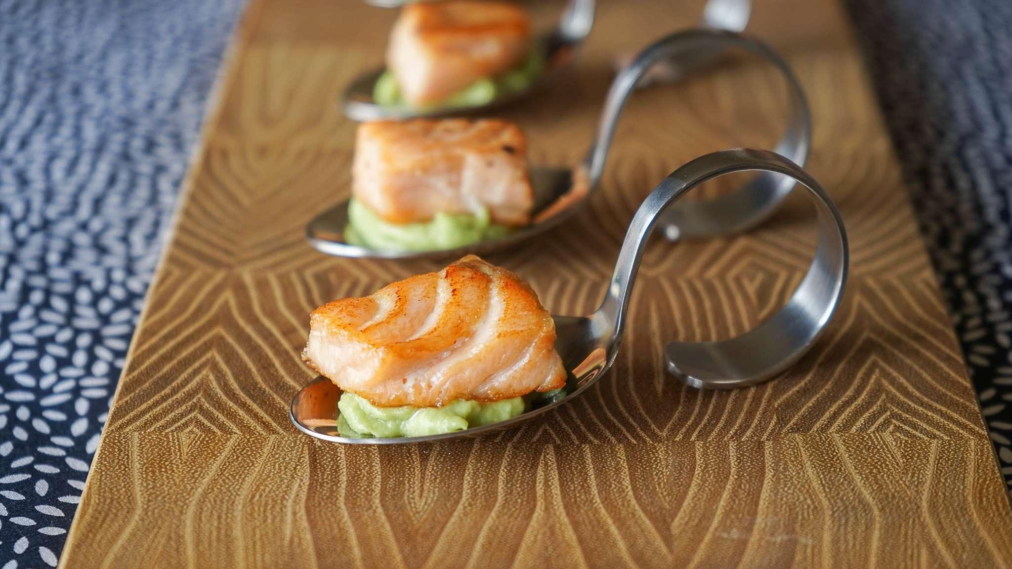 Dés de saumon mi-cuit et crème d'avocat wasabi