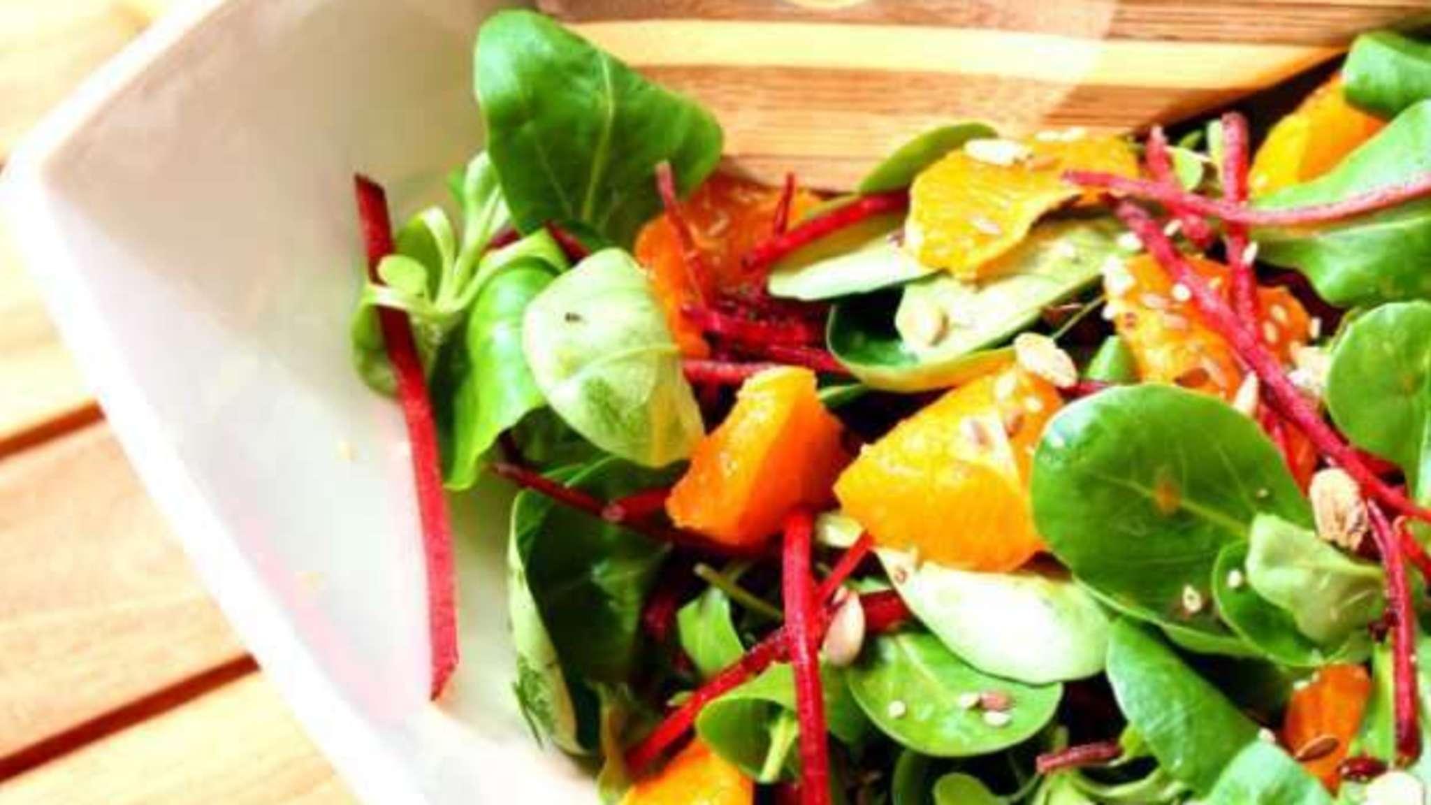 Salade de mâche, betteraves crus et vinaigrette asiatique au sésame