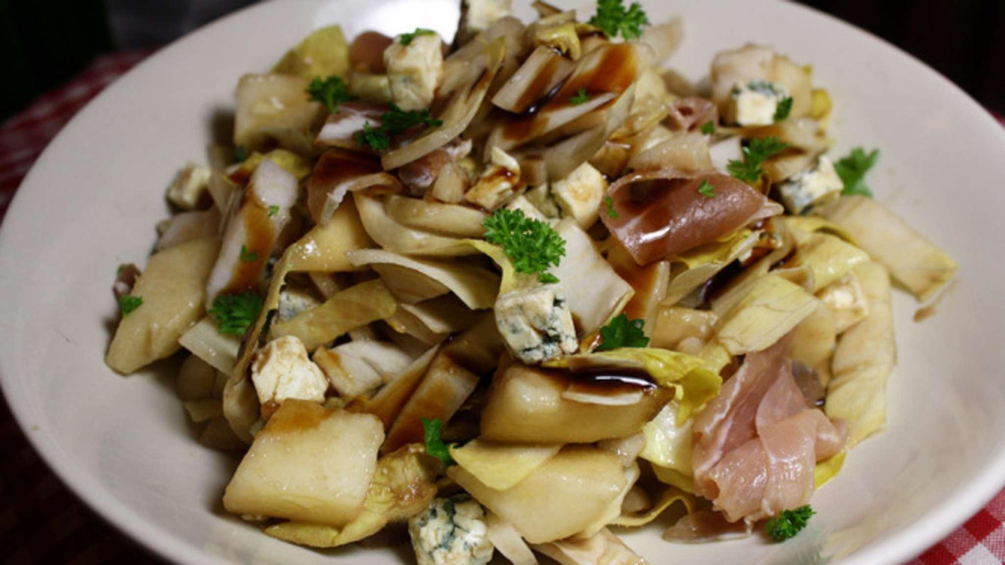 Salade d'endives, poires, jambon sec et bleu