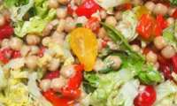 Salade de pois chiche avec des tomates et des poivrons