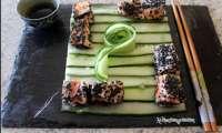 Tataki de saumon au sésame noir, concombre à l'huile de sésame grillé
