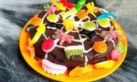 Gâteau au chocolat et aux bonbons toile d'araignée pour Halloween