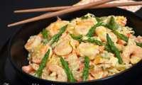 Nouilles chinoises aux crevettes, petits légumes et asperges vertes