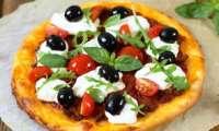 Pizza aux olives noires, burrata et huile d'olive bio