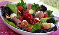 Salade aux pêches, framboises, mûres et groseilles, mozzarella et jambon cru