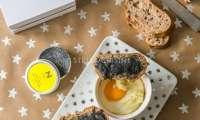 Oeufs cocotte au velouté de chou-fleur, mouillettes au beurre de caviar