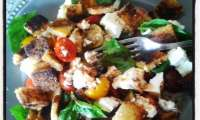 Petite salade tour de la Méditerrannée, concombre feta tomates basilic et croutons à l'huile d'olive à la truffe