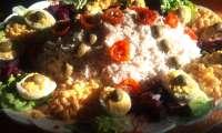 Salade composée au riz, thon, oeufs mayonnaise, betteraves, tomates séchées