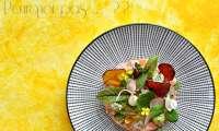 Ceviche de saumon, avocat, chips et herbes fraiches