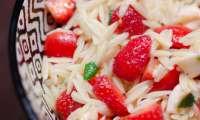 Salade de tomates aux fraises et à la mozzarella