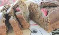 Gâteau vegan au matcha, à la framboise, au séame noir et au tahin