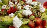 Salade de fraises, avocat et fromage frais