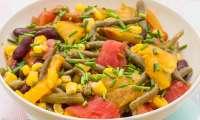 Salade de tomates, haricots rouges, maïs et haricots verts