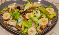 Salade de bananes, bacon et noix de cajou