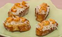 Toast de radis noir aux crevettes grises