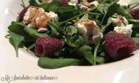 Petite salade d'épinards aux framboises et vinaigre balsamique