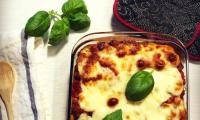 Pâtes aux aubergines et saucisses, gratinées à la mozzarella fresca