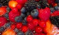 Salade de fruits rouges arrosée de jus de fraise
