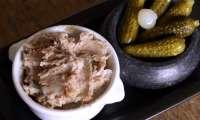 Festoyons de pâtés, de jambons et de saucissons