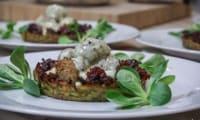 Lihapullat à la Finlandaise sur un panier de pommes de terre, compote de canneberges et crème à la Tomme de Savoie