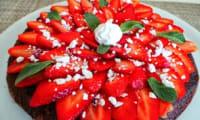 Gâteau au chocolat meringues et fraises