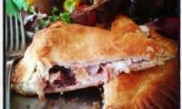 Feuilletés au fromage de chèvre , dinde fumée , cranberries et poudre de cranberries