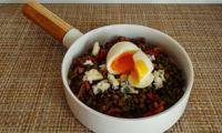 Salade de lentilles aux poivrons, au roquefort et œuf poché